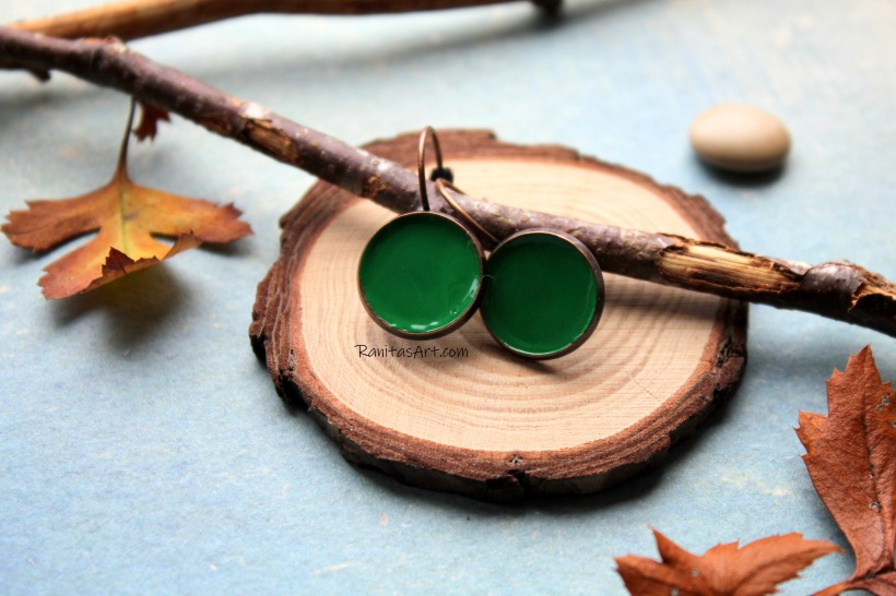 Earrings metal, in bronze color, setting with enamel color green